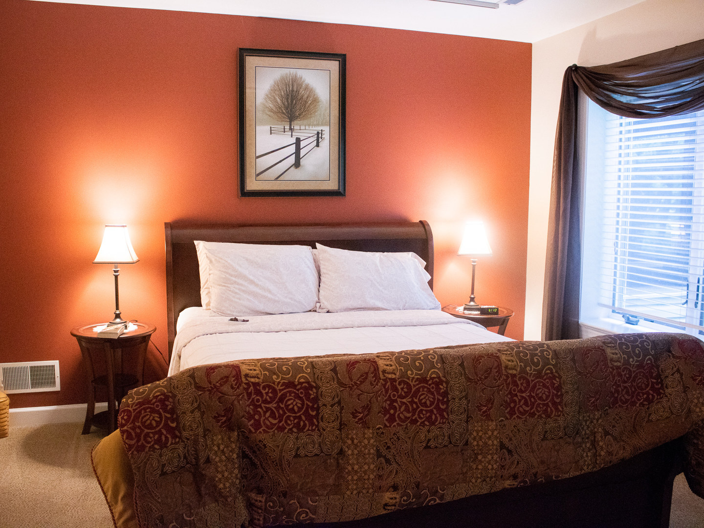 A bedroom with a large bed in a hotel room at Hammer Creek Hideaway Bed & Breakfast.