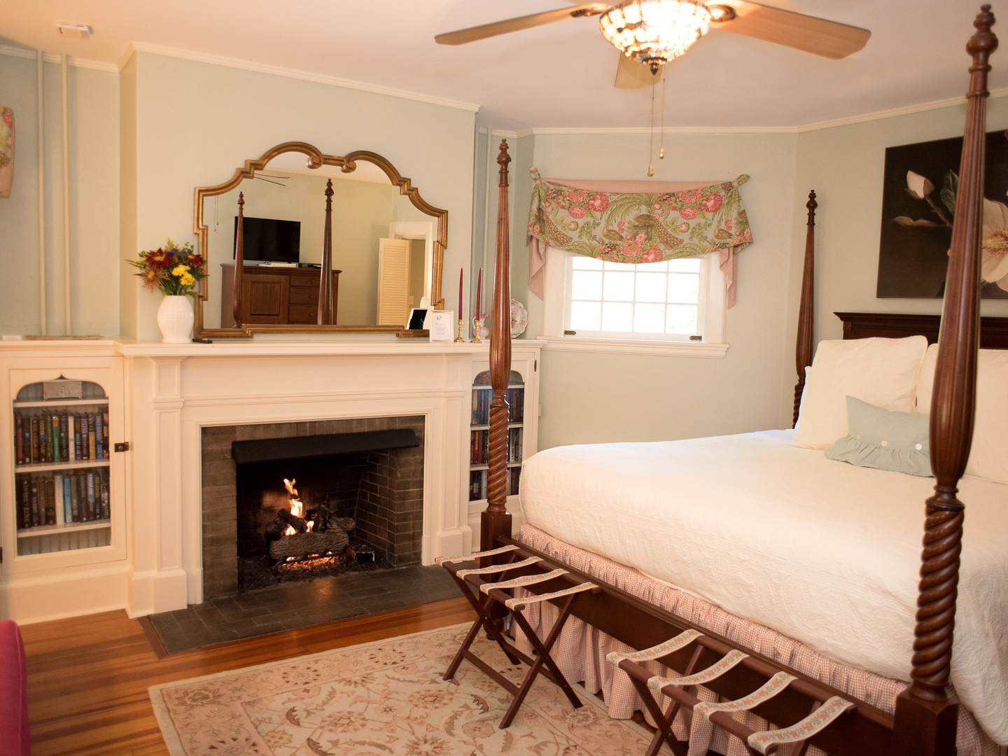 A living room with a bed and a fireplace at Pinecrest Bed & Breakfast.