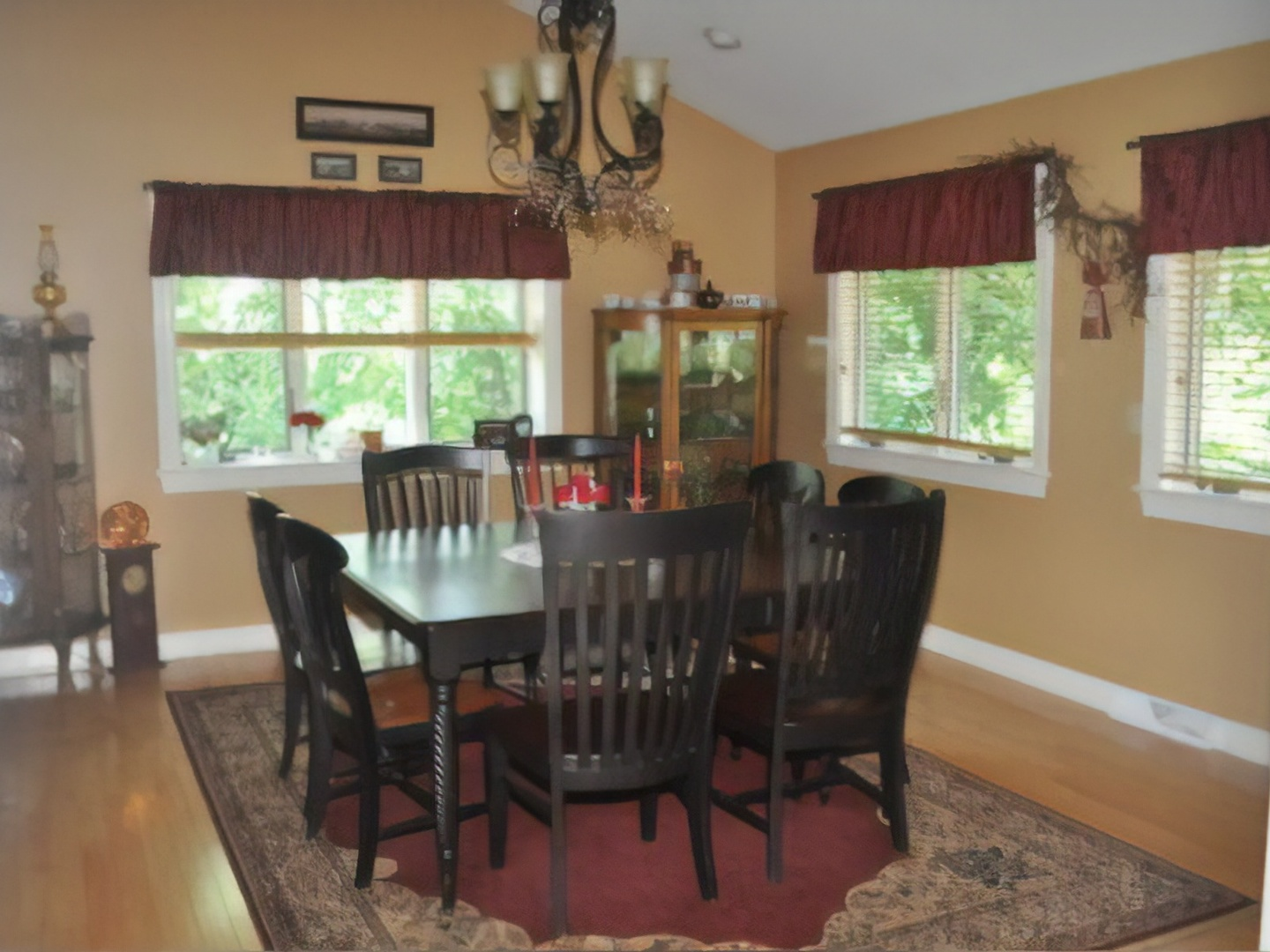 A dining room table at Hammer Creek Hideaway Bed & Breakfast.