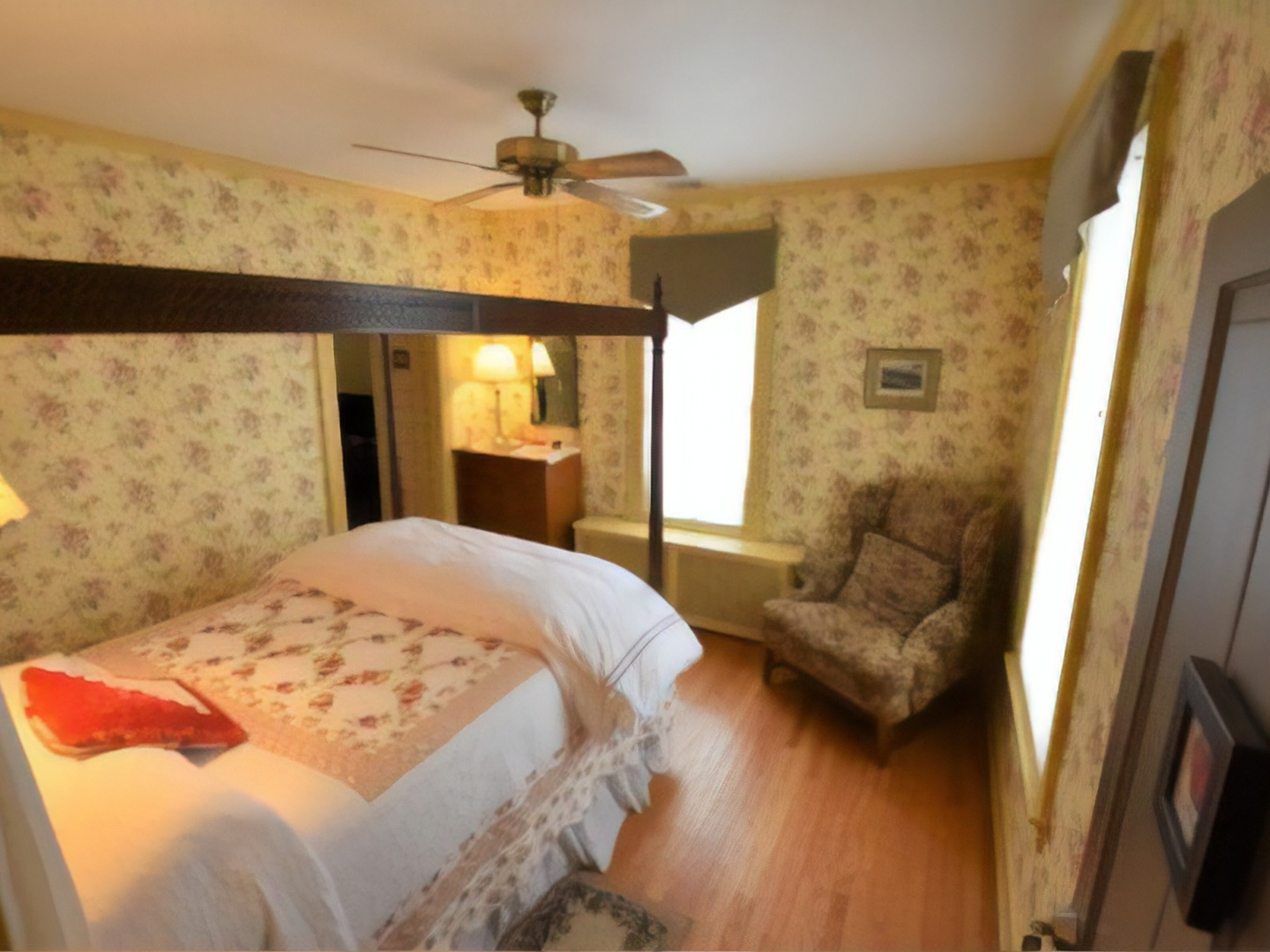 A double bed in a room at Apple Bin Inn Bed and Breakfast.
