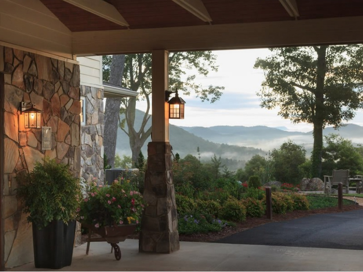 A view of a building at Lucille's Mountain Top Inn & Spa.