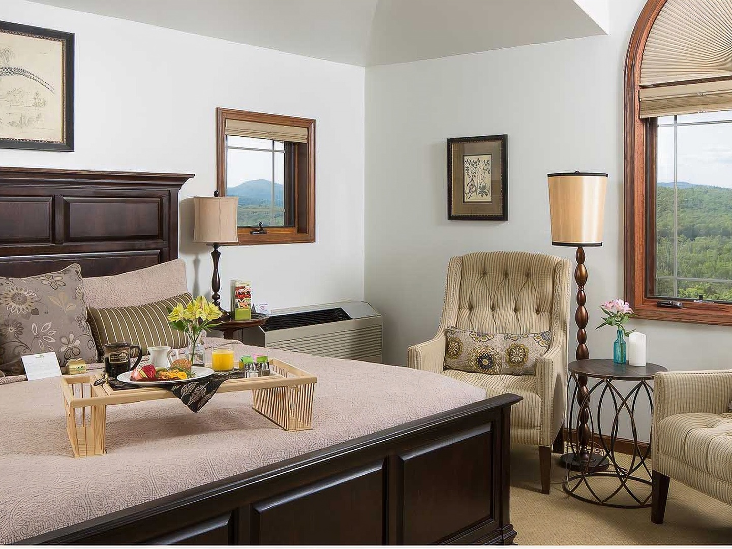 A living room filled with furniture and a fireplace at Lucille's Mountain Top Inn & Spa.