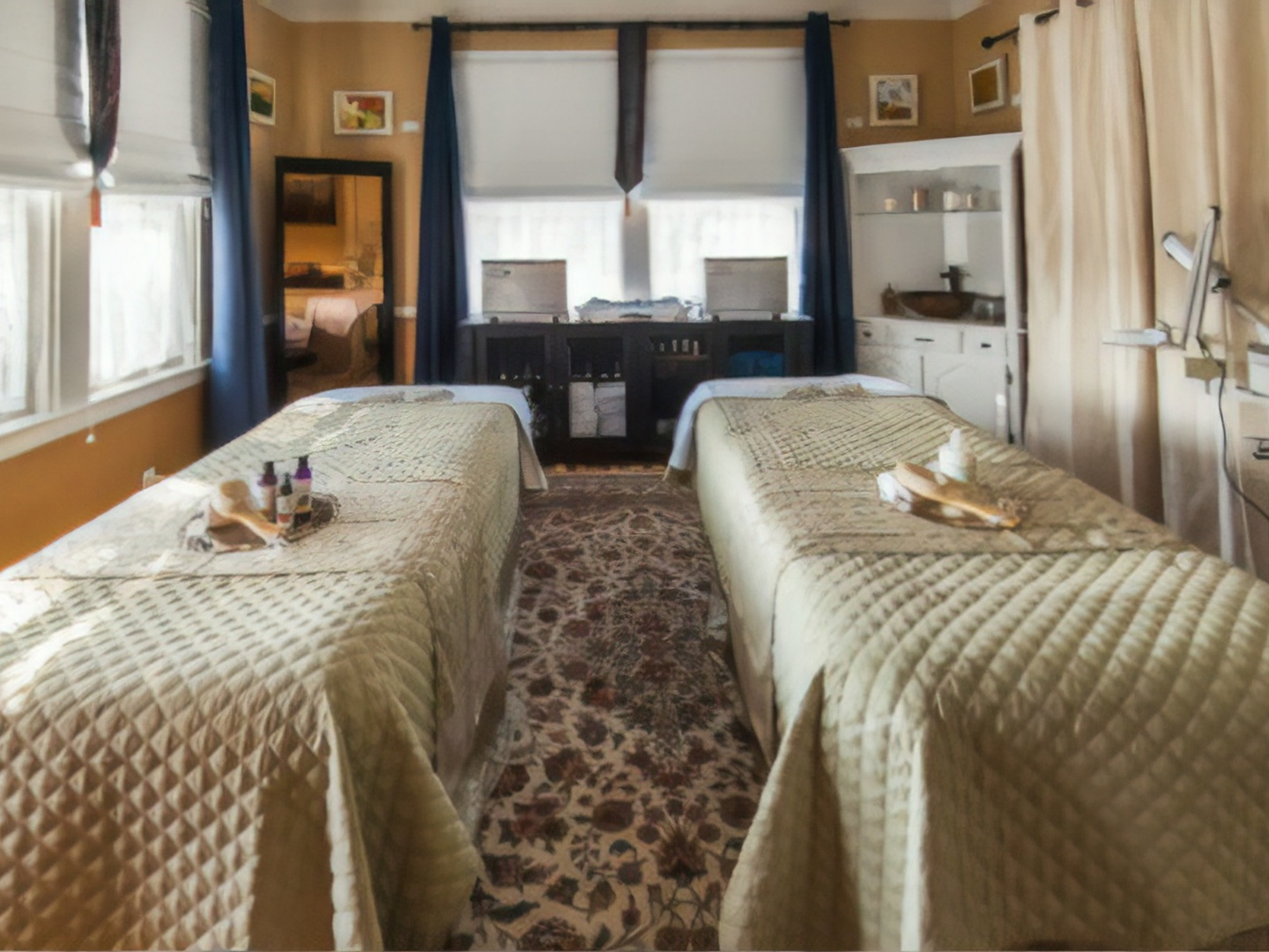 A bedroom with a bed in a hotel room at Abbington Green Bed & Breakfast Inn.