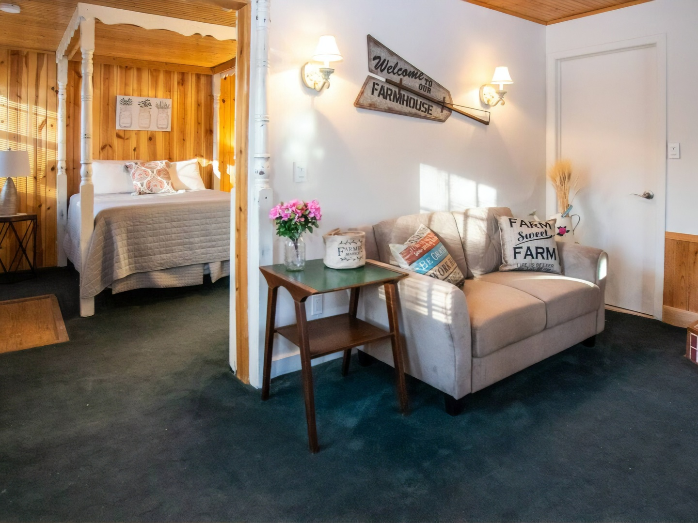 A bedroom with a wooden floor at Lazy Cloud Lodge Bed & Breakfast.