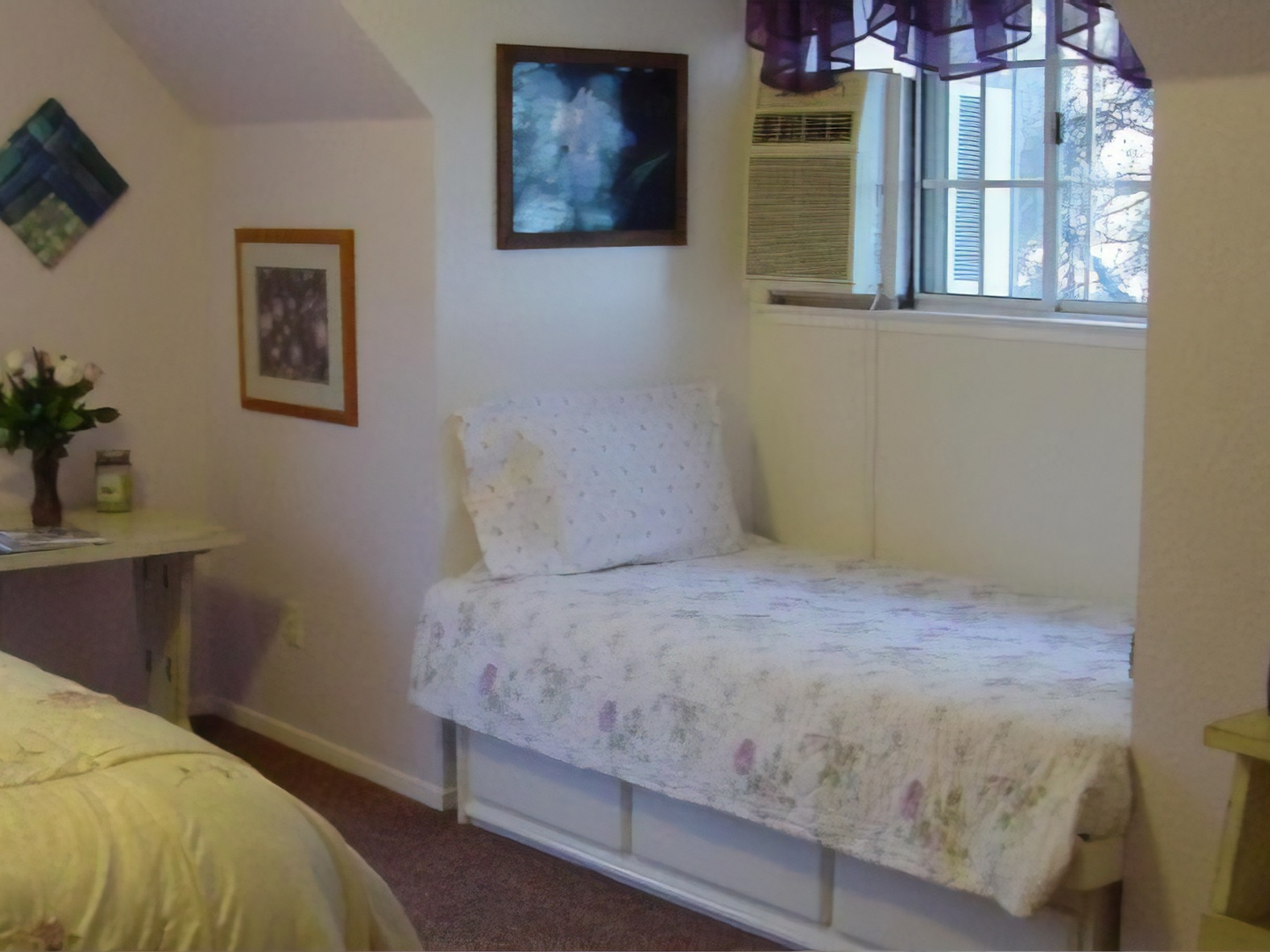 A bedroom with a bed and a window at Apple Blossom Inn Yosemite.