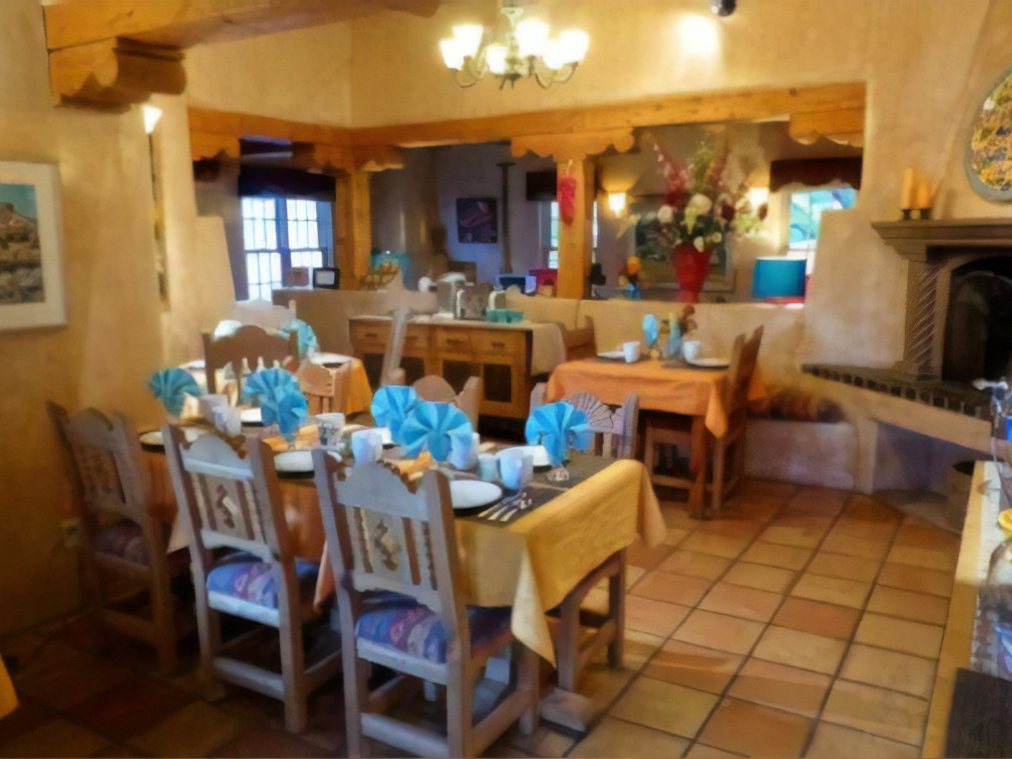 A kitchen with a dining room table at El Farolito Bed & Breakfast.