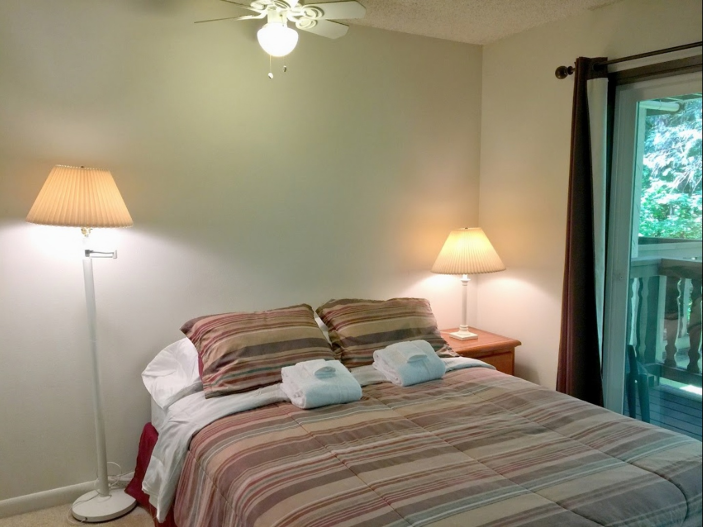A bedroom with a bed in a hotel room at Mt. Baker Lodging, Inc..