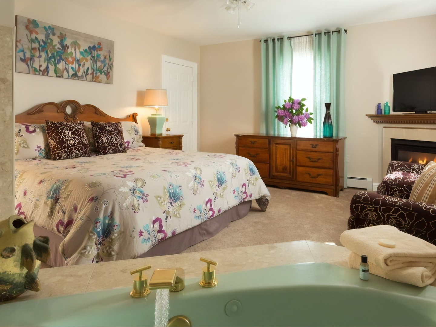 A living room filled with furniture and a mirror at Beech Tree Inn & Cottage.