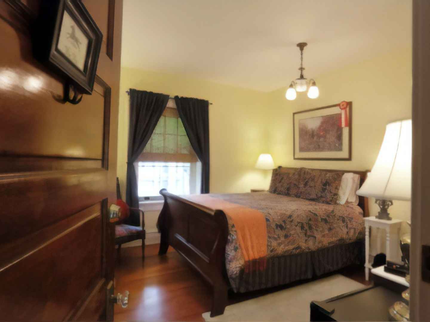 A bedroom with a bed in a hotel room at Olde Square Inn.