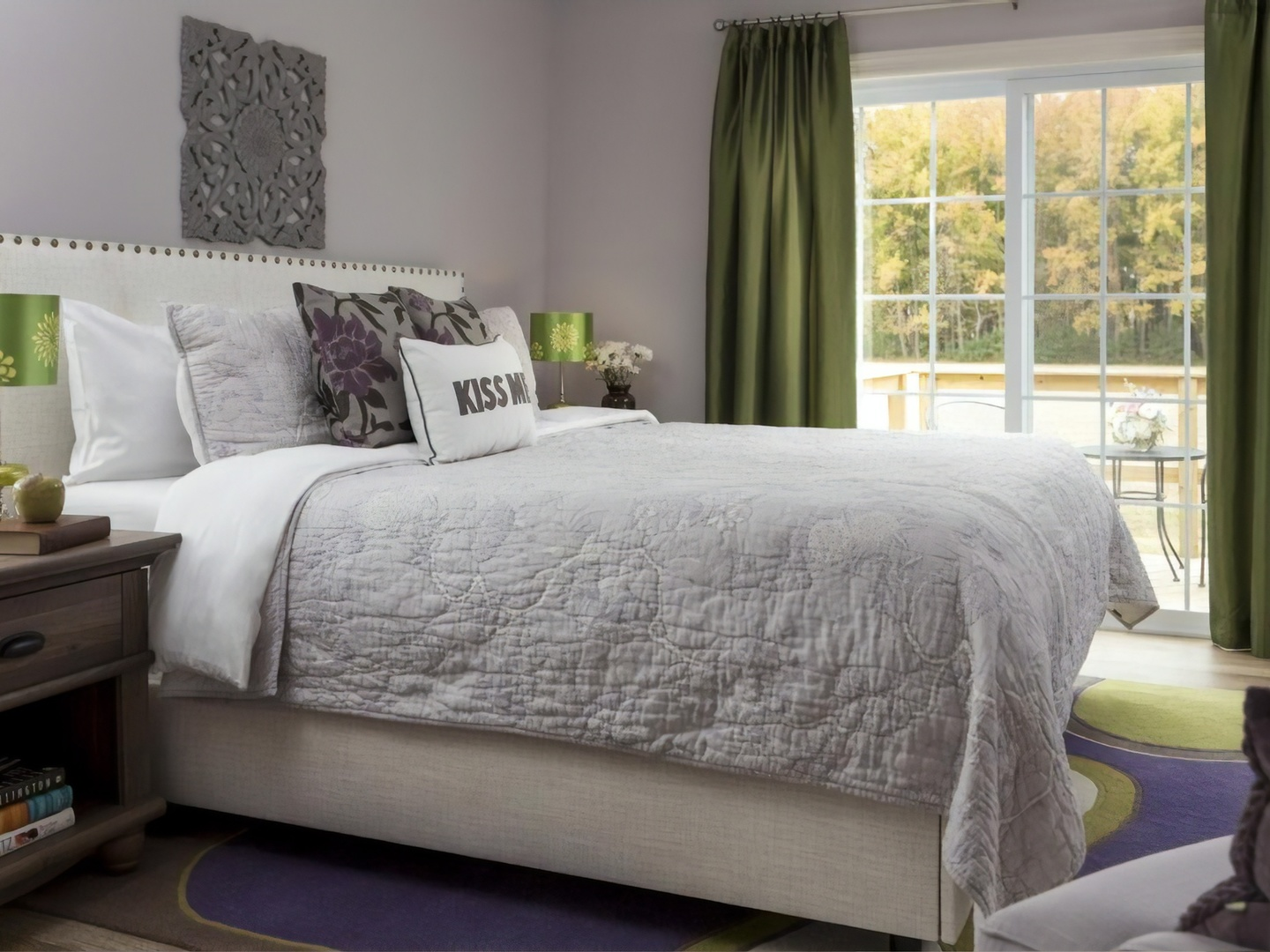 A bedroom with a large bed in a hotel room at Inn at Huntingfield Creek.