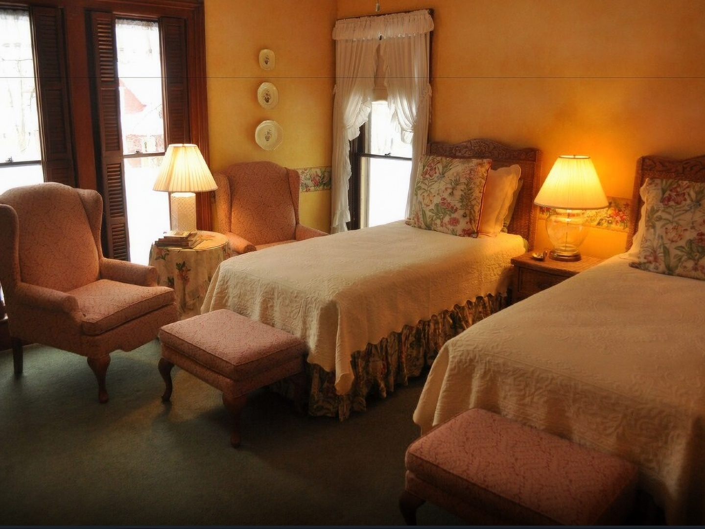 A bedroom with a large bed in a hotel room at White Swan Inn B&B.