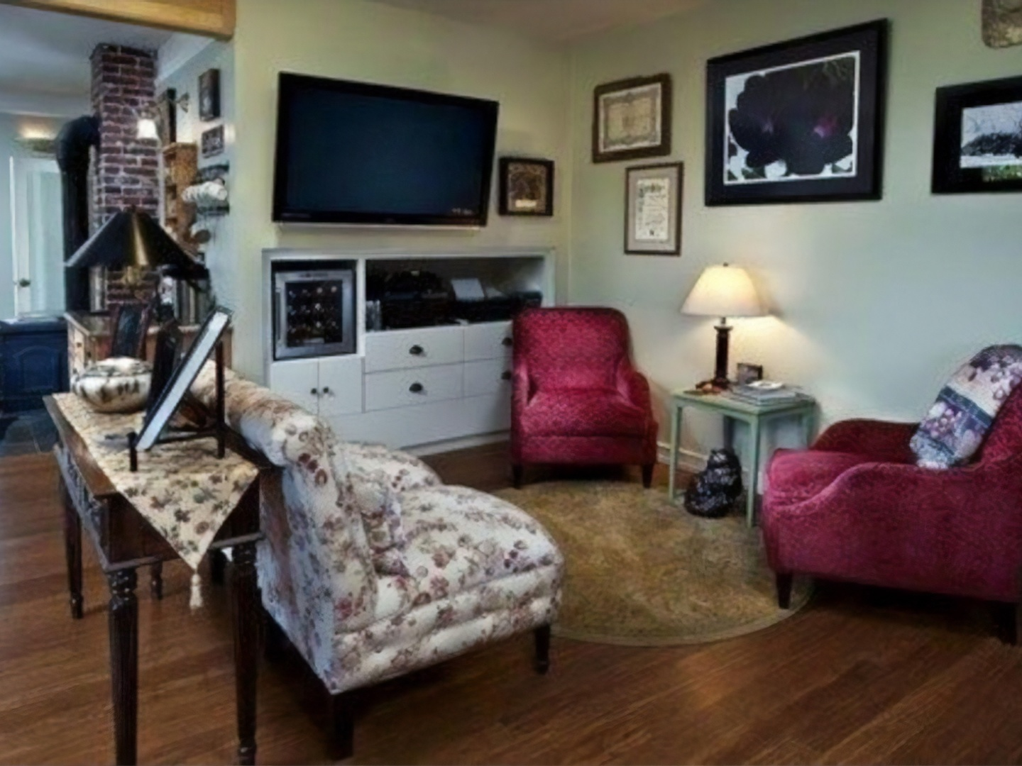 A living room filled with furniture and a flat screen tv at Old Parkdale Inn.