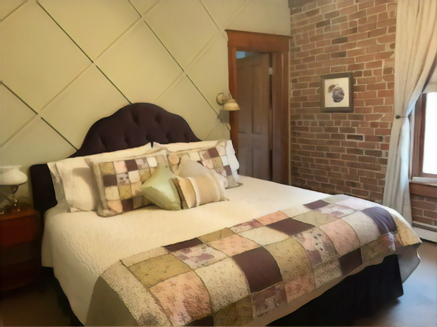 A bedroom with a large bed in a room at Bross Hotel Bed & Breakfast.