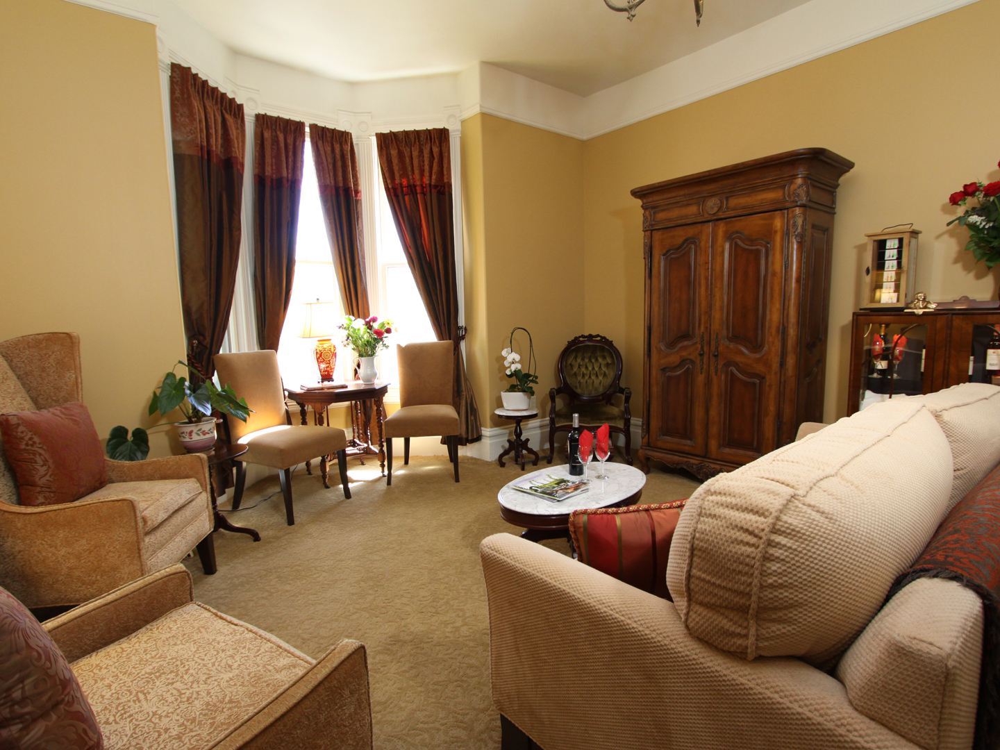 A living room filled with furniture and a lamp at Hennessey House.