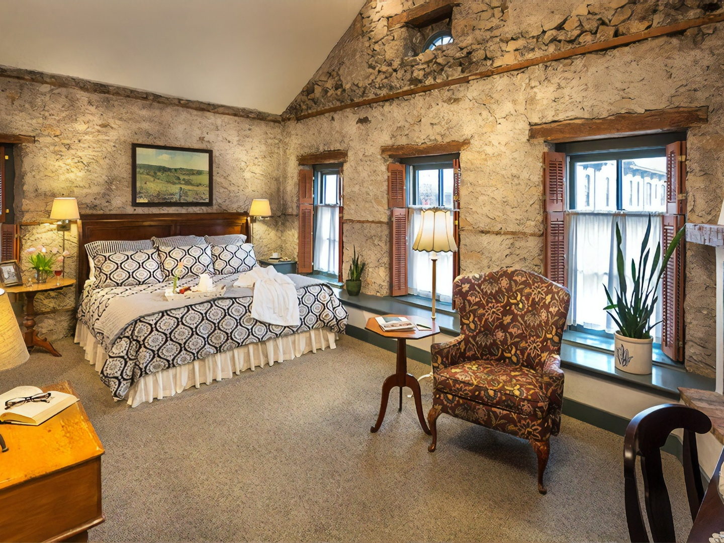 A living room filled with furniture and a large window at Washington House Inn.