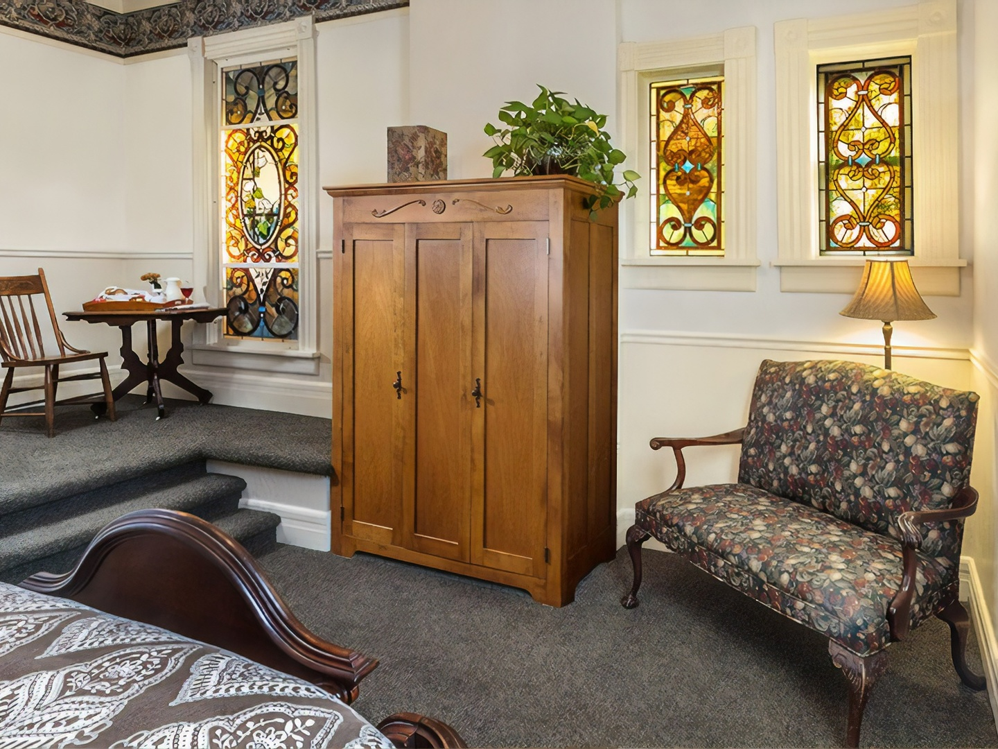 A living room filled with furniture and a tv at Washington House Inn.