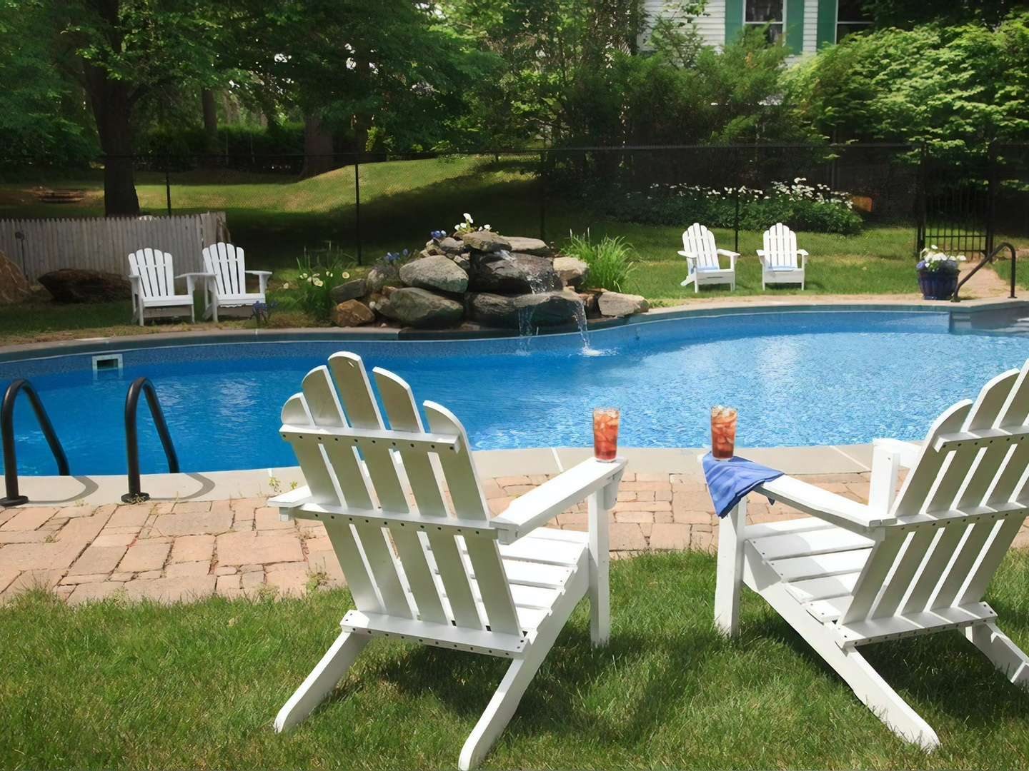A couple of lawn chairs sitting on top of a picnic table at Hampton Terrace Inn.