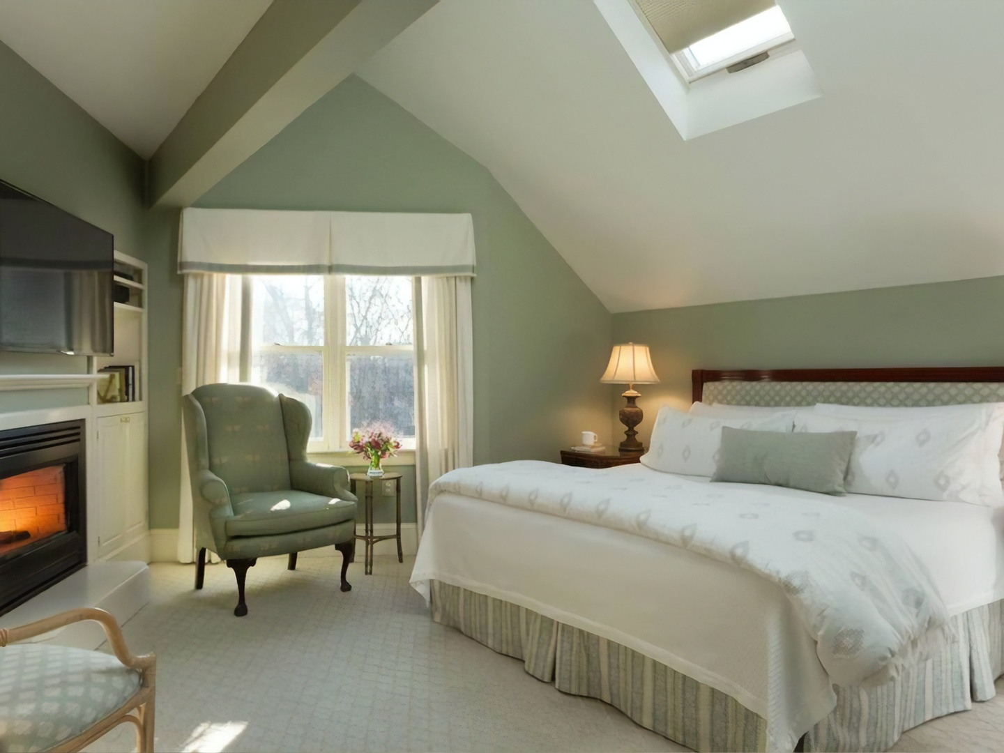 A bedroom with a large bed in a hotel room at Harbor Light Inn.