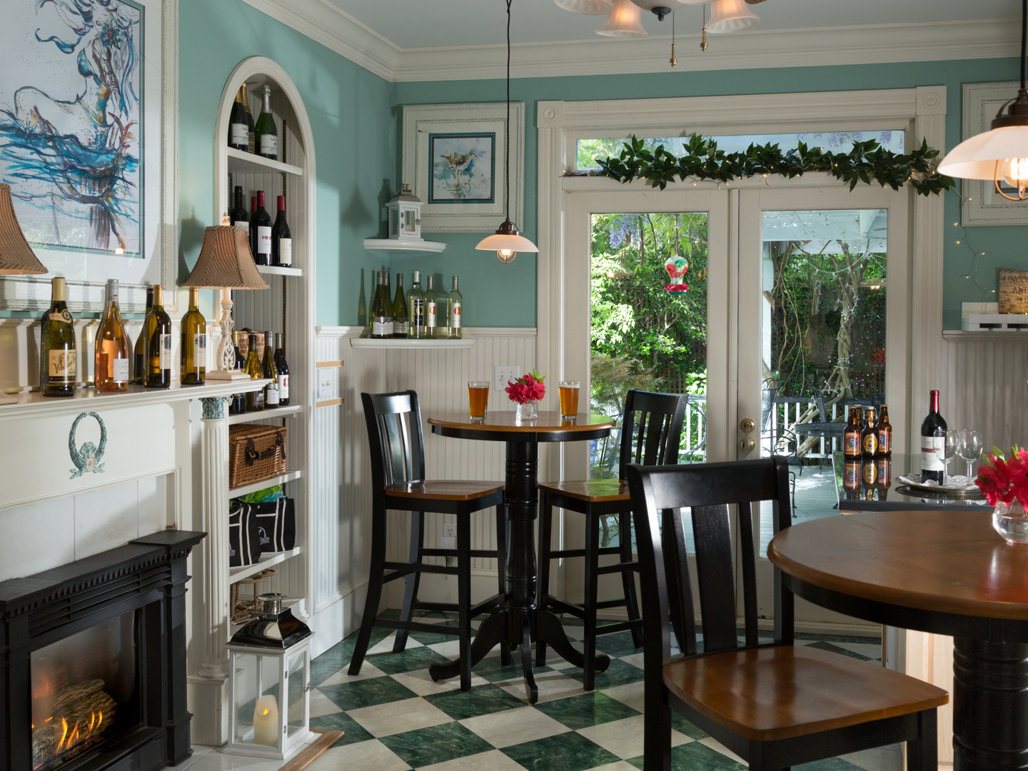 A kitchen with a dining room table at White Doe Inn.