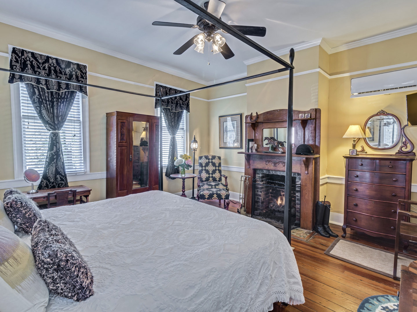 A bedroom with a bed in a room at Palmers Pinckney Inn.