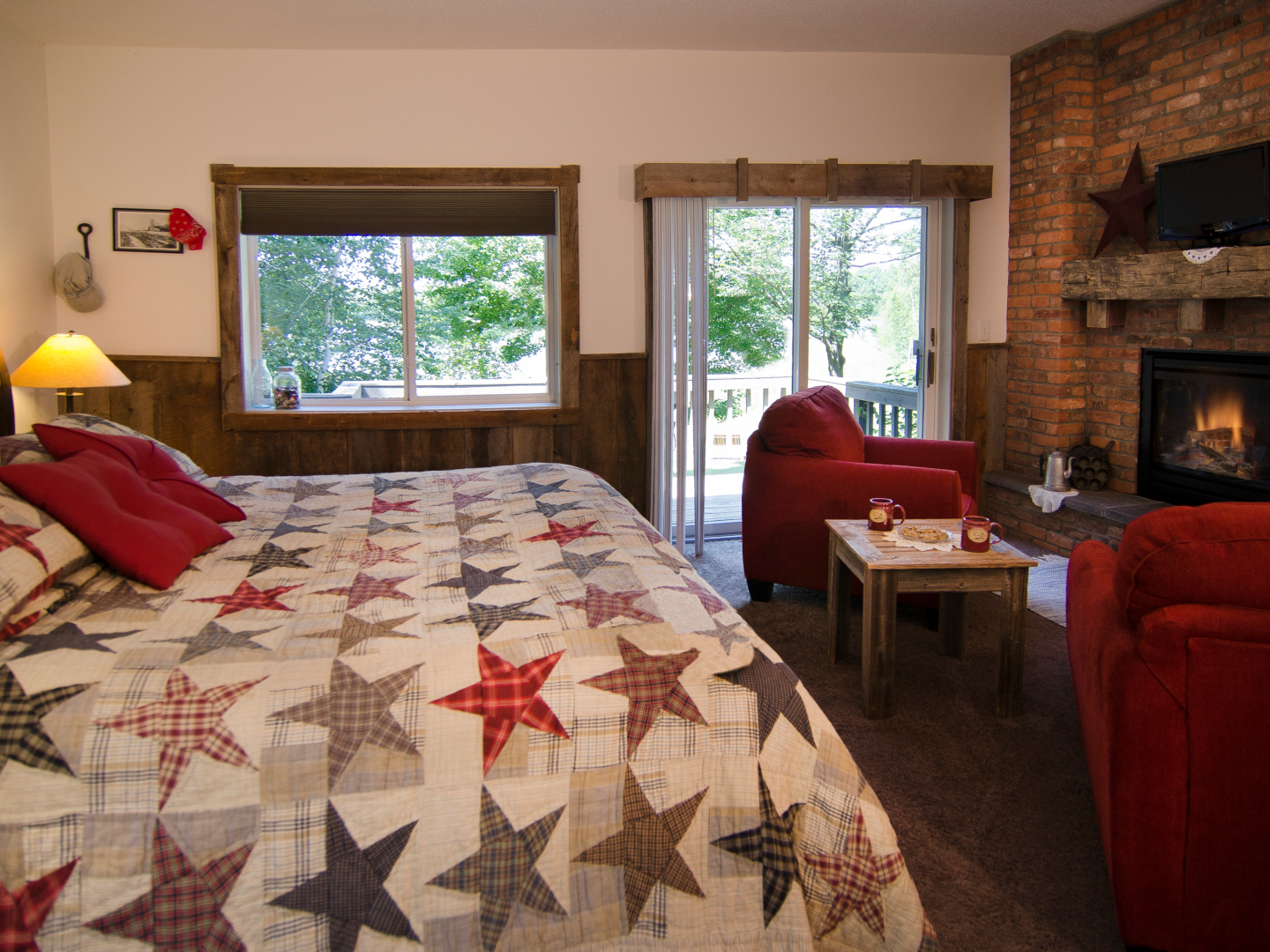 A living room with a bed and a fireplace at Canyon Road Inn.
