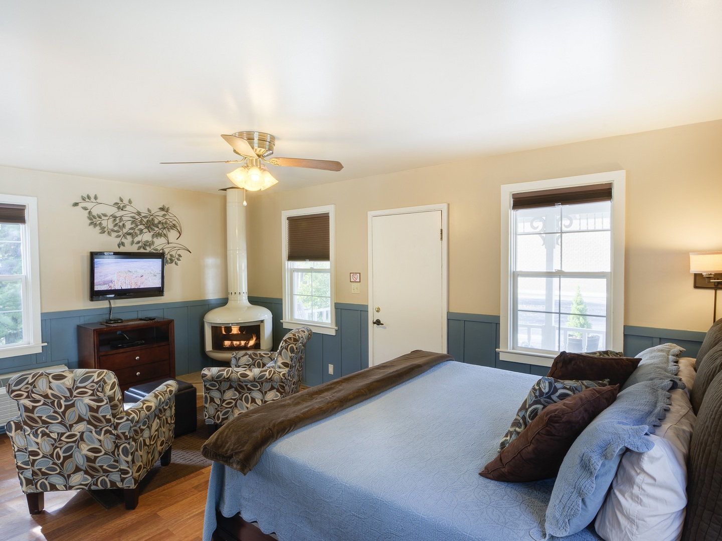 A living room filled with furniture and a fireplace at Prescott Pines Inn B&B.