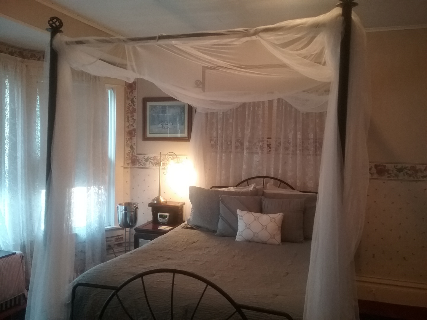 A bedroom with a bed in a room at Candlelite Inn Bed & Breakfast.