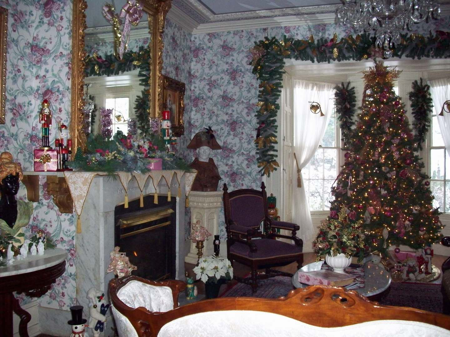 A living room with a christmas tree at Doctor's Inn.