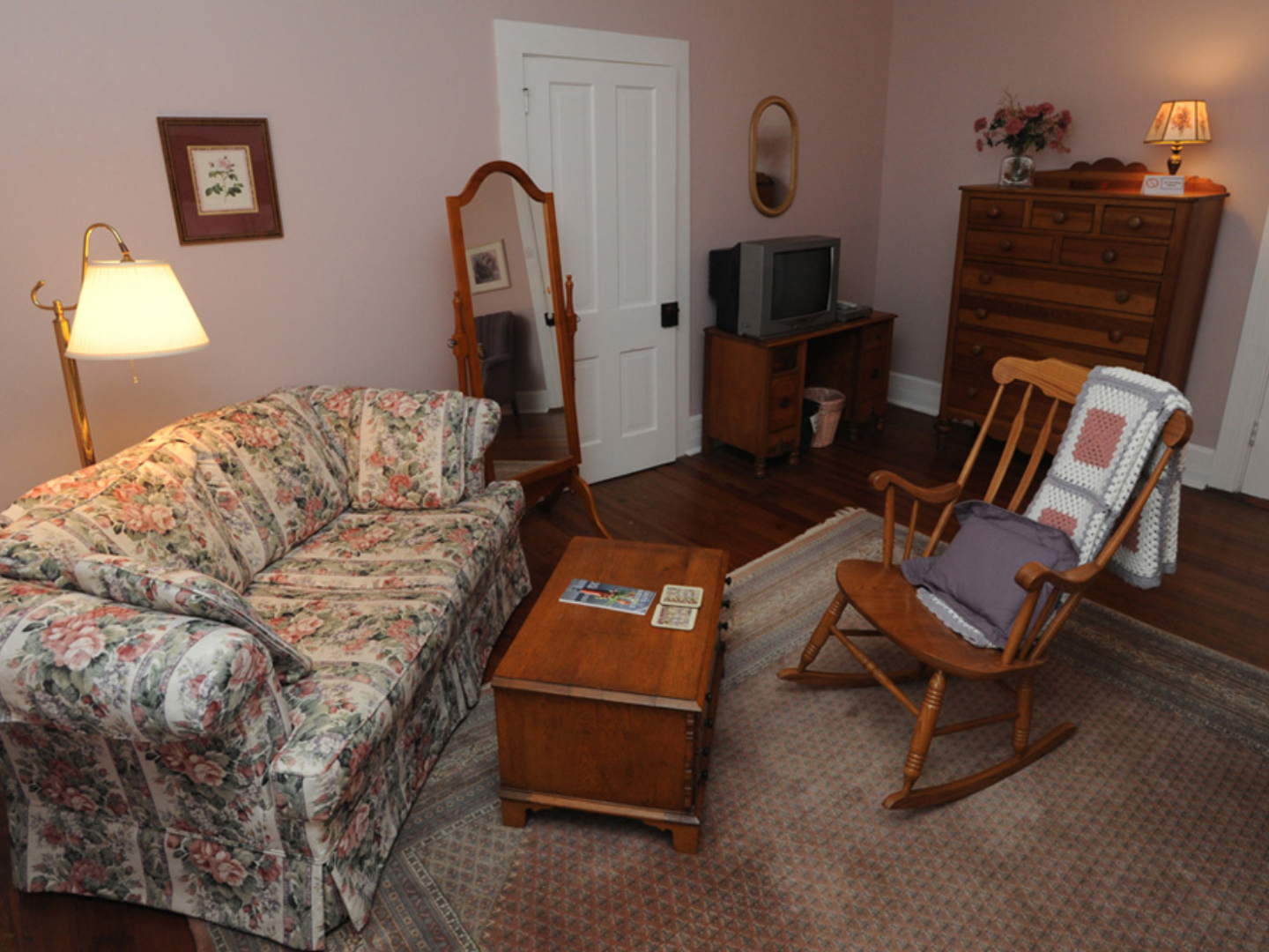 A living room at Dry Ridge Inn Bed and Breakfast.
