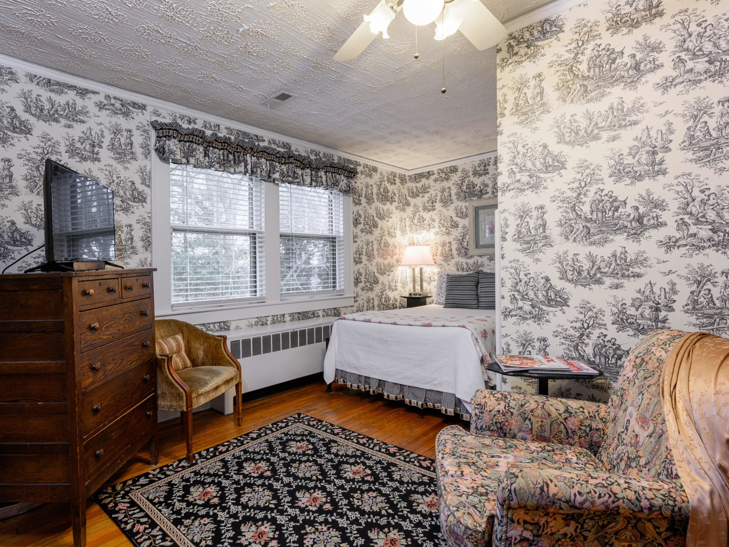 A living room filled with furniture and a fireplace at Oakland Cottage Bed and Breakfast.