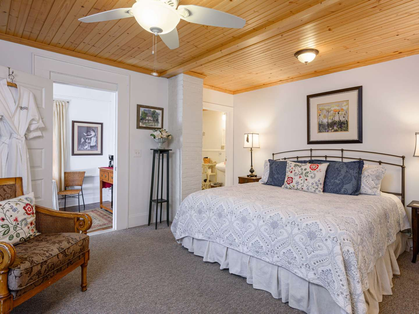 A bedroom with a large bed in a hotel room at Oakland Cottage Bed and Breakfast.