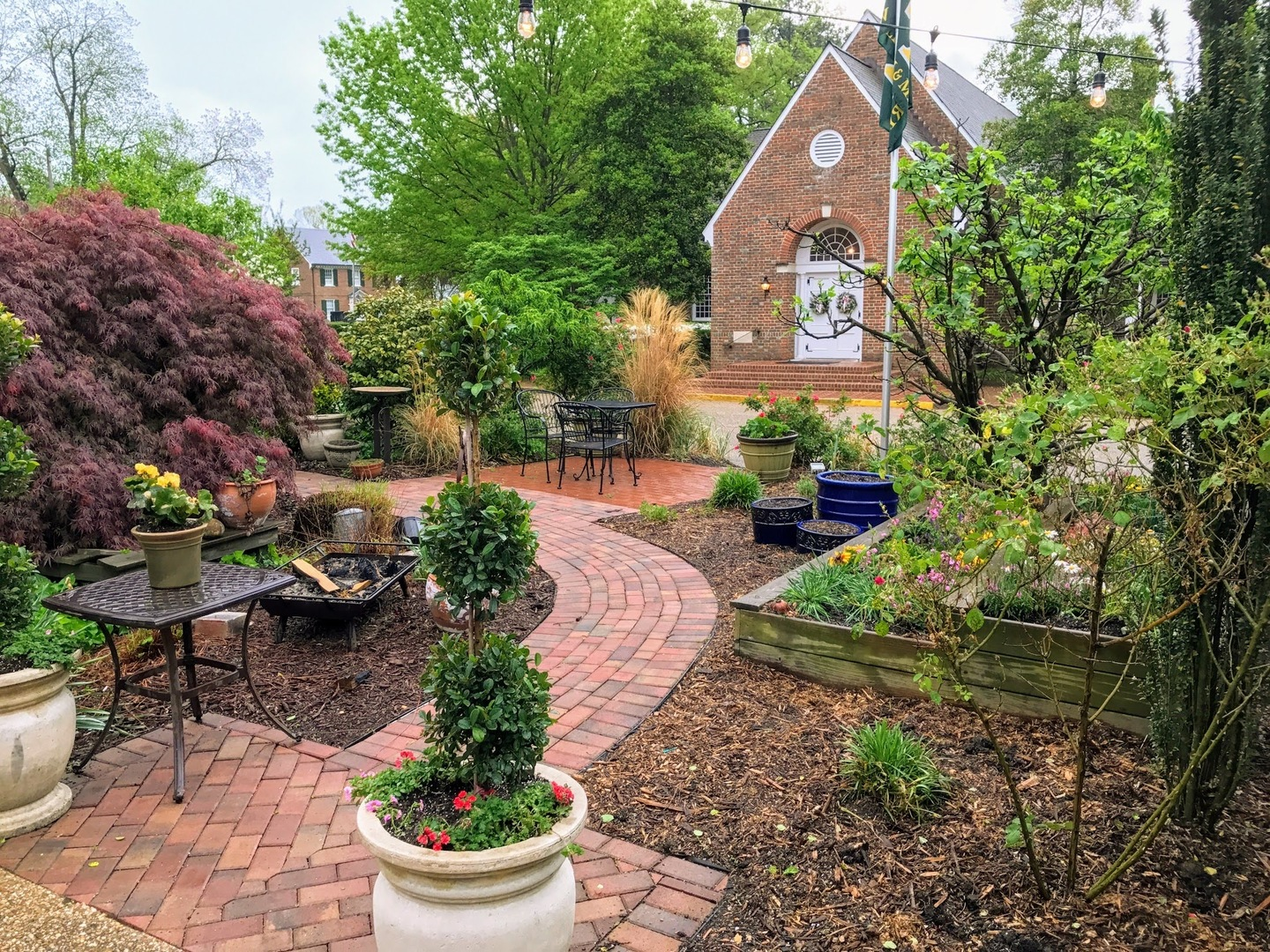 A garden in front of a house at Williamsburg Manor Bed & Breakfast.