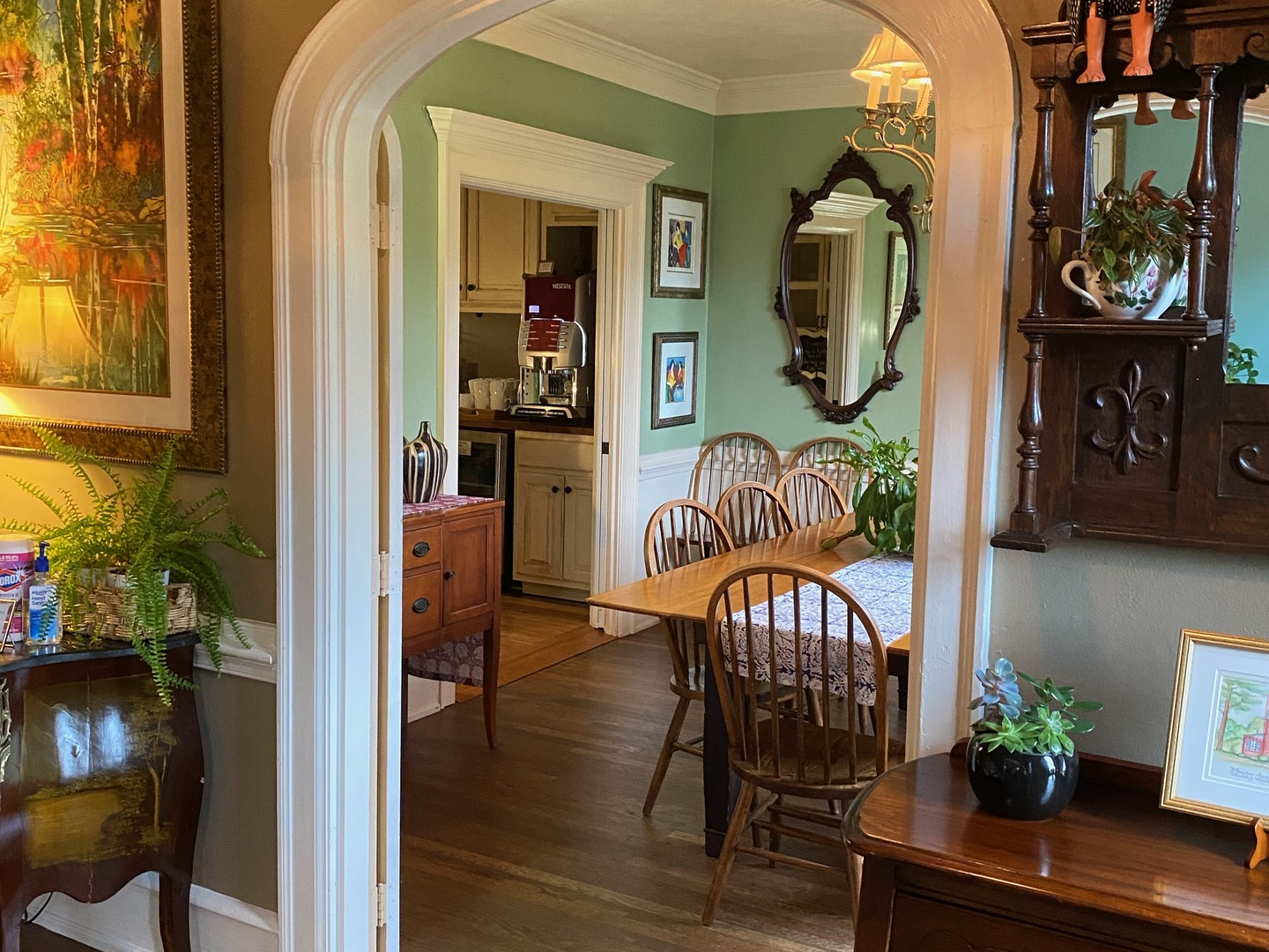 A living room filled with furniture and a large window at Williamsburg Manor Bed & Breakfast.