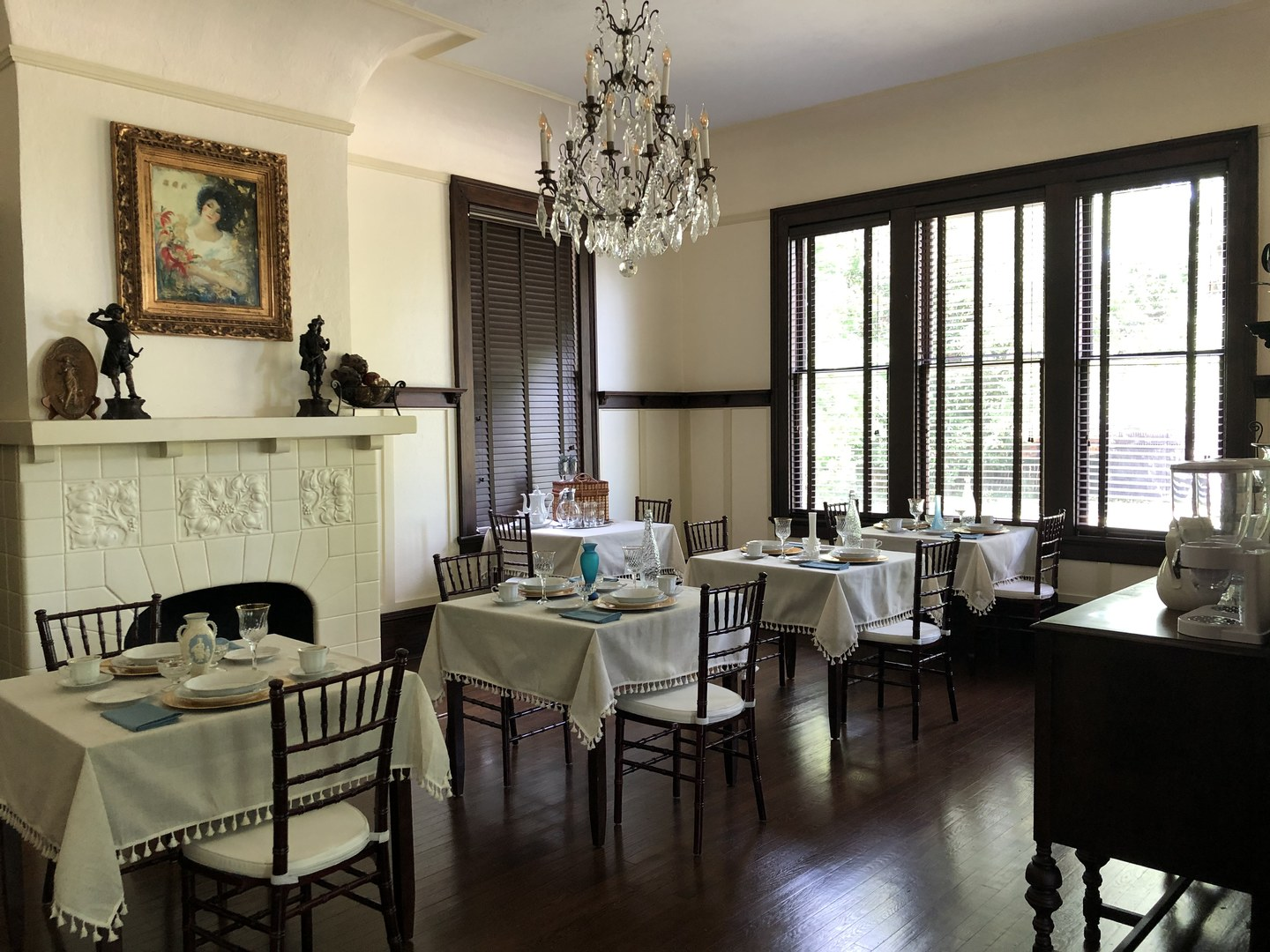 A living room filled with furniture and a large window at Heritage House Lodging & Events.