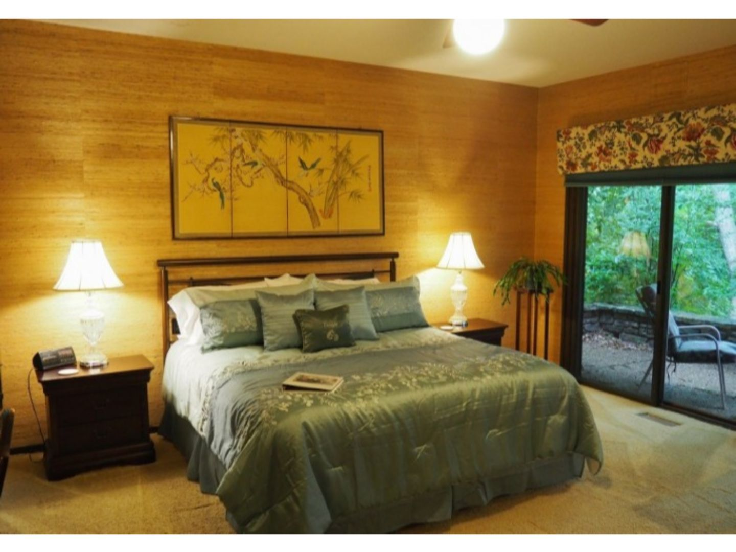 A bedroom with a large bed in a hotel room at The Inn at Bella Vista.