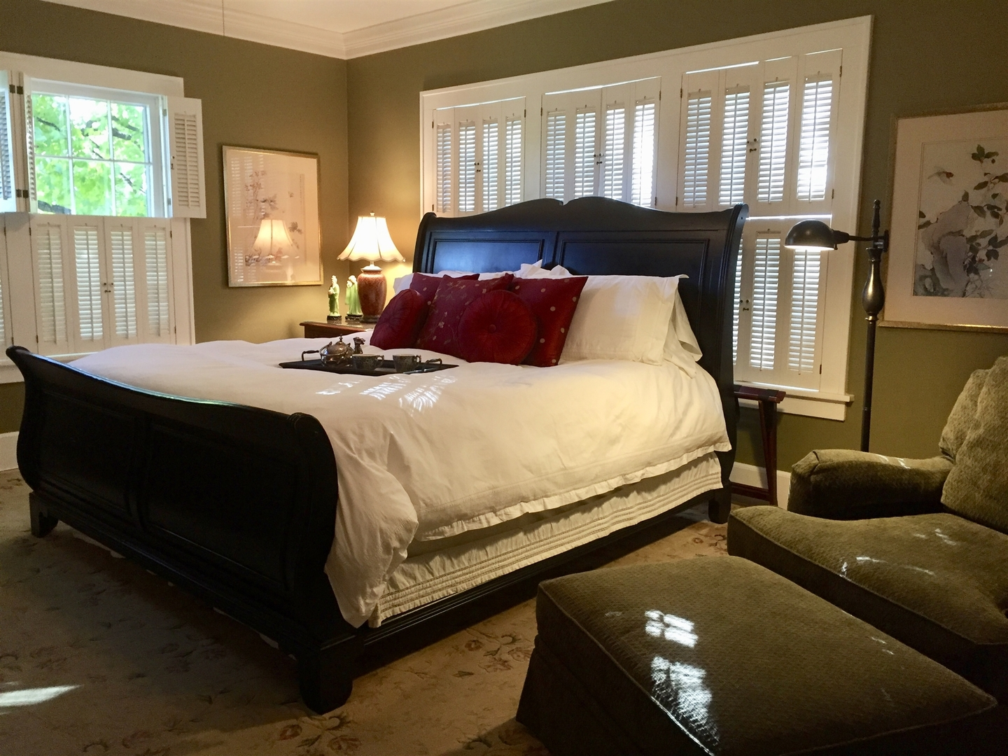 A bedroom with a large bed in a hotel room at Sidwell Friends Bed and Breakfast.