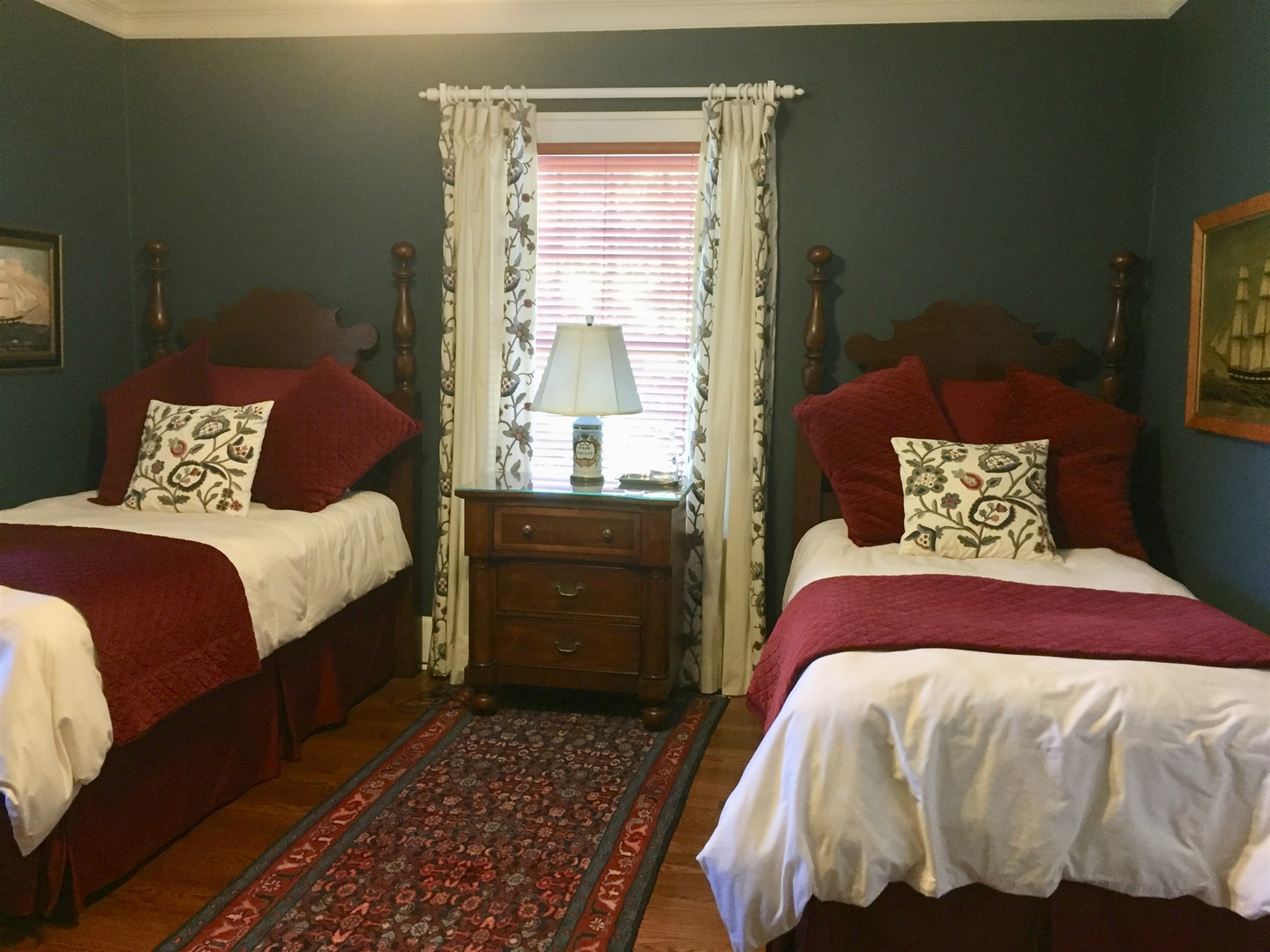 A bedroom with a bed in a room at Sidwell Friends Bed and Breakfast.