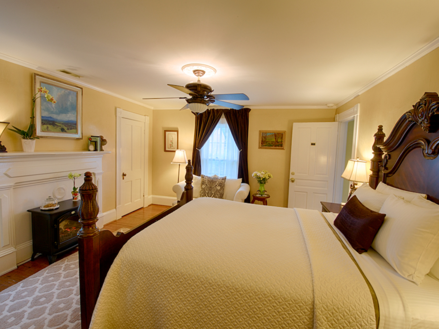 A bedroom with a large bed in a hotel room at Foster Harris House.