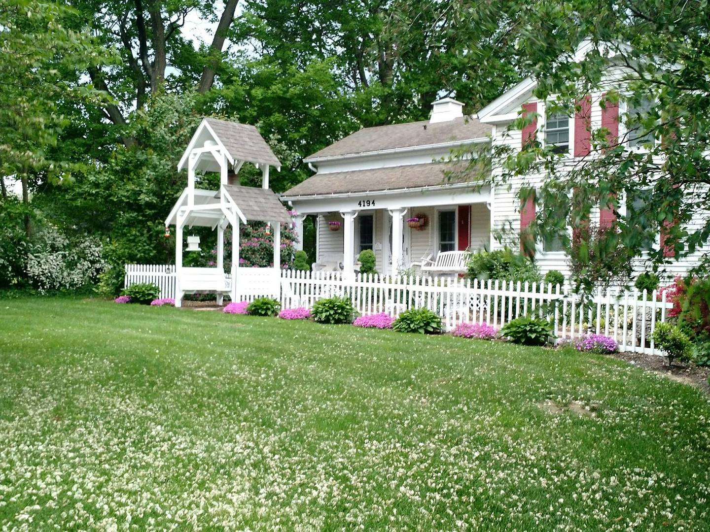 A large lawn in front of a house at The Lost Pearl Bed and Breakfast.