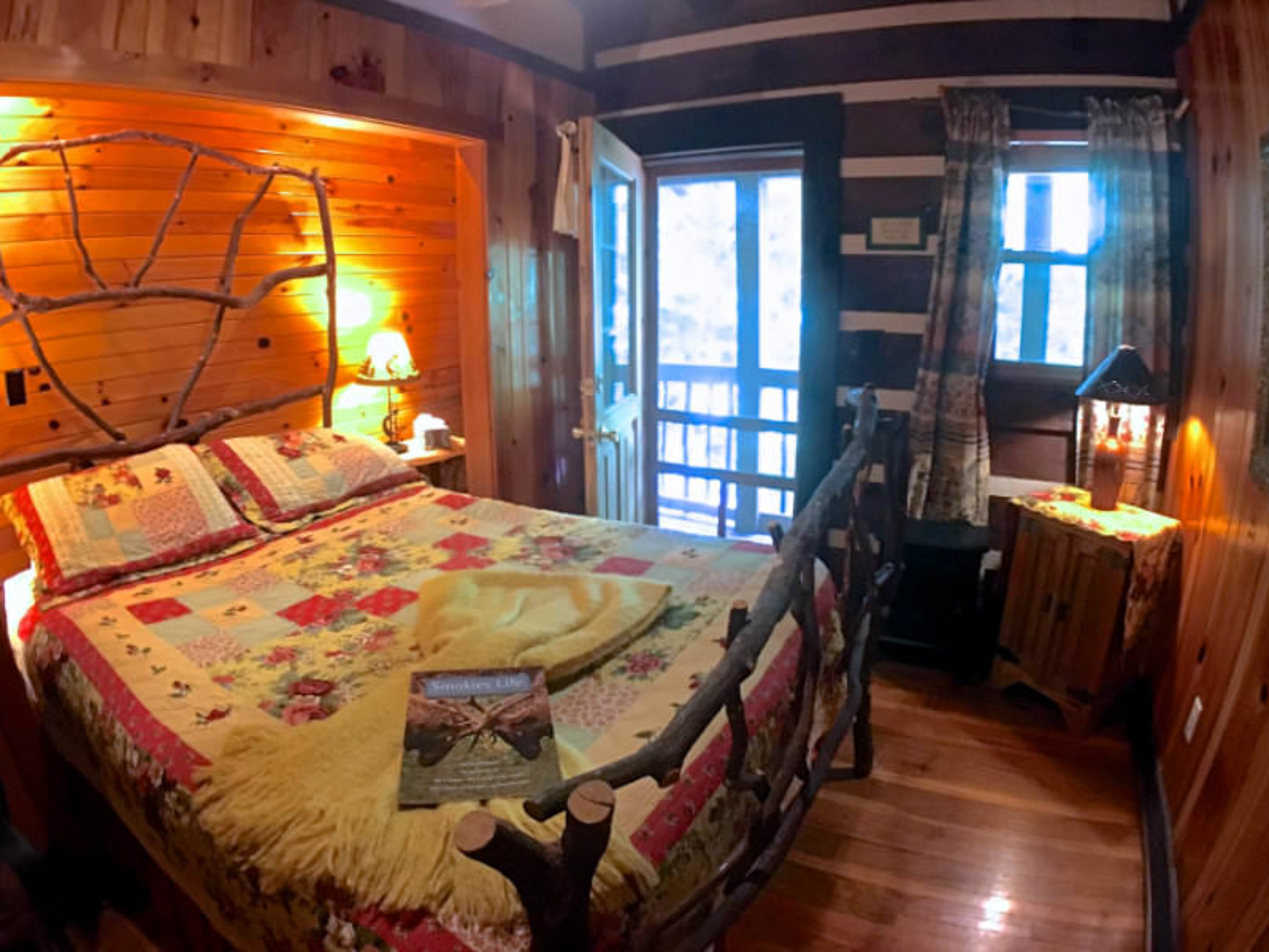 A bedroom with a bed in a room at Creekwalk Inn and Cabins.