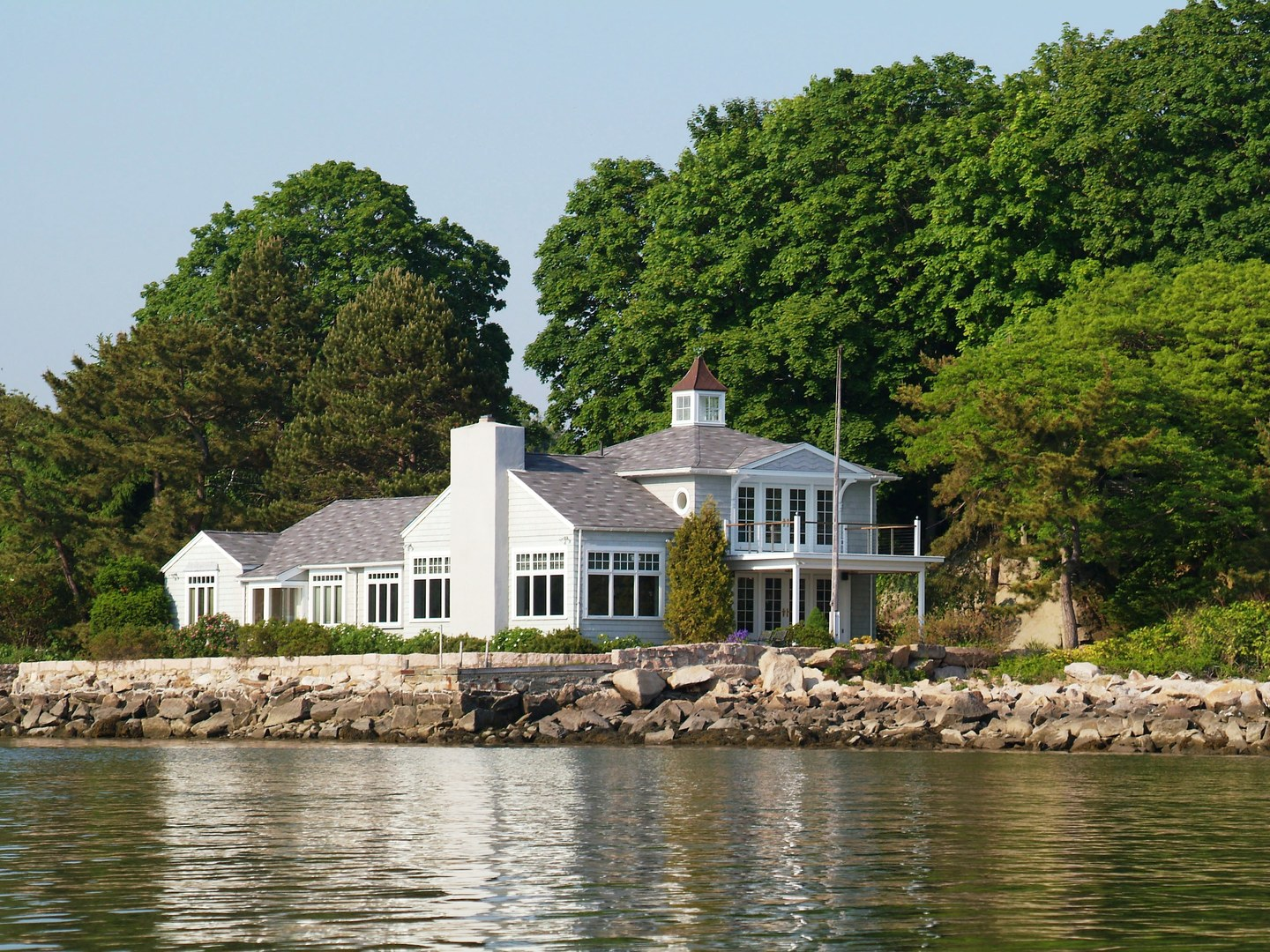 A small house in a body of water at Thimble Islands Bed & Breakfast.