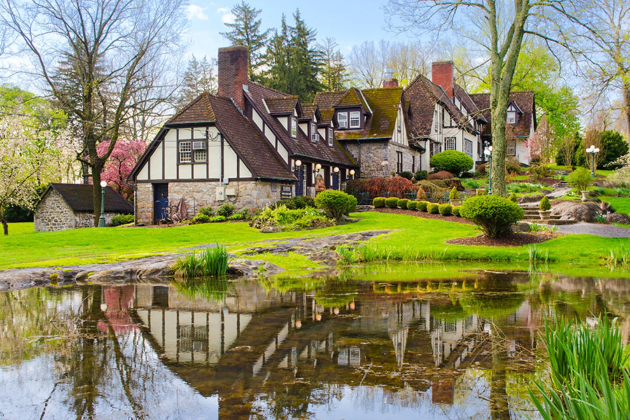 A house with a pond in a garden at Hillbrook Inn.