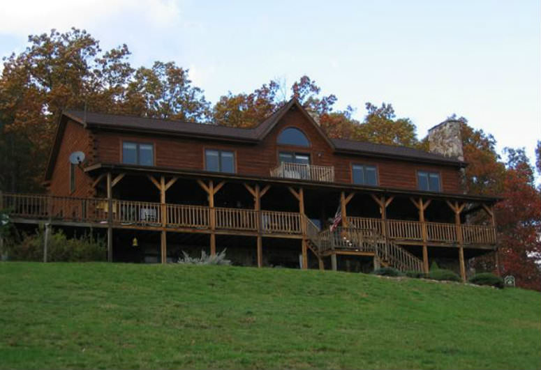 A house with a grass field at North Fork Mountain Inn Bed & Breakfast.