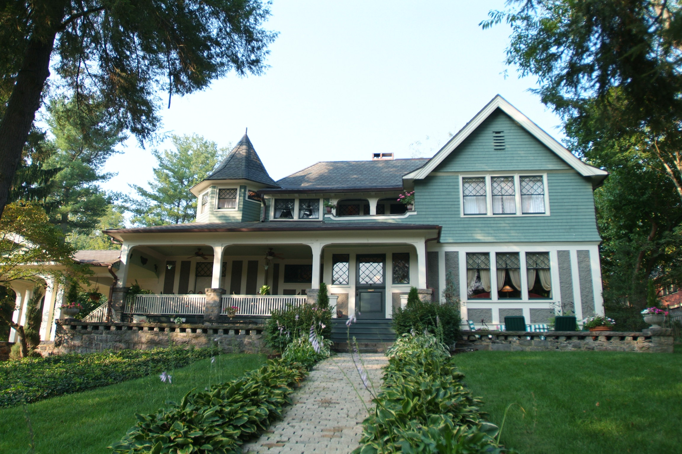 A large lawn in front of a house at The Black Walnut Bed & Breakfast Inn.