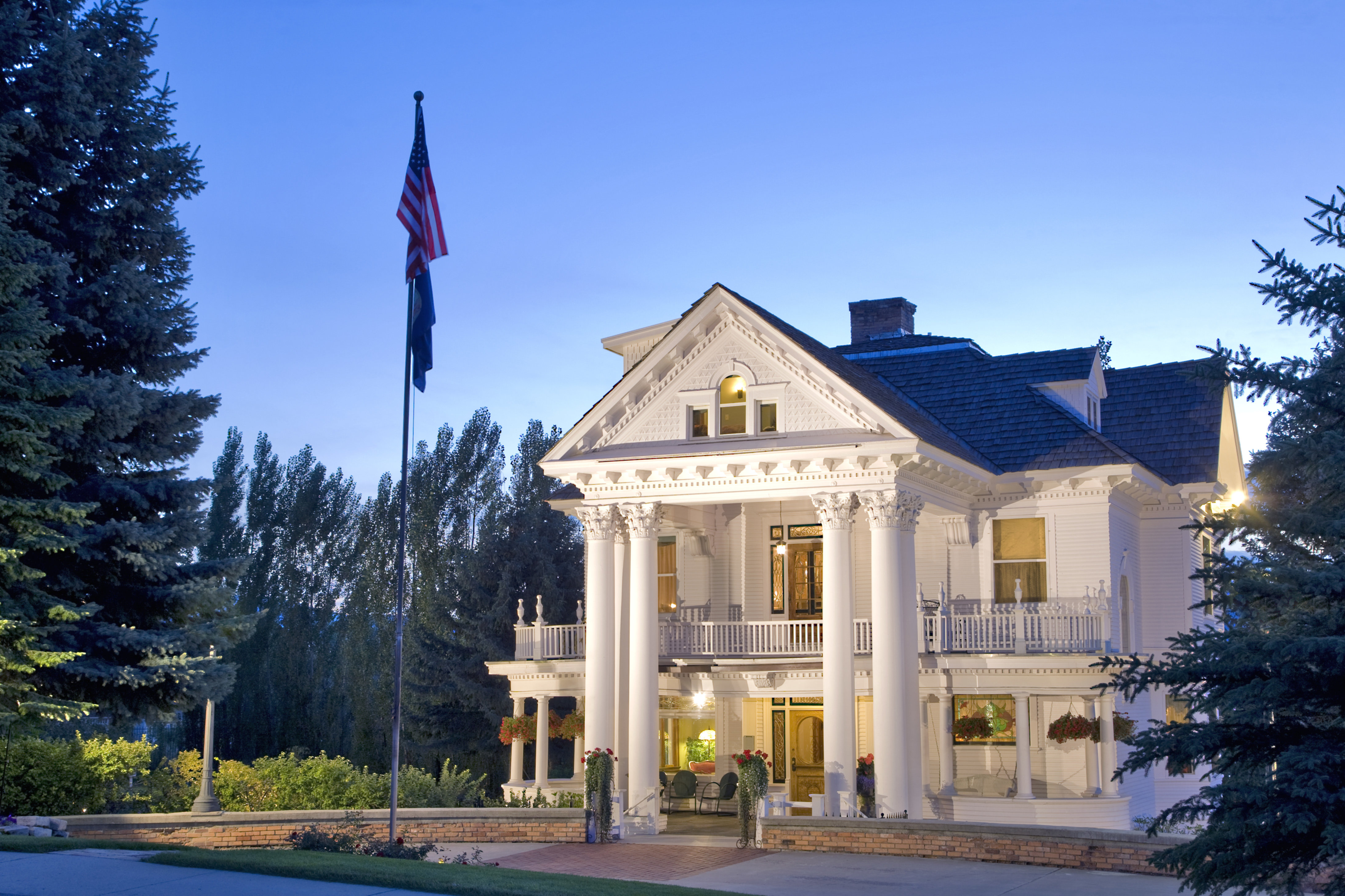 A large white building at Gibson Mansion Bed and Breakfast.