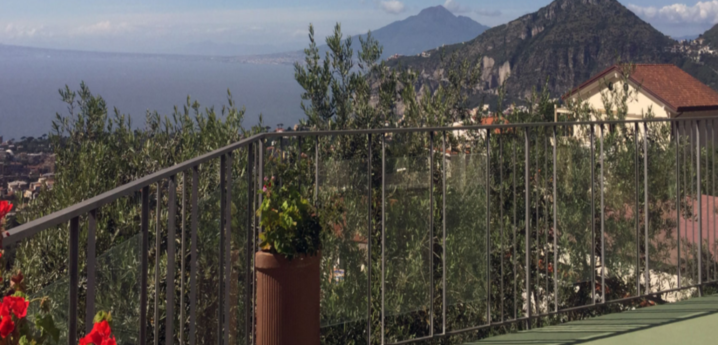 A bridge over a fence at Bed and Breakfast Casa Mazzola.