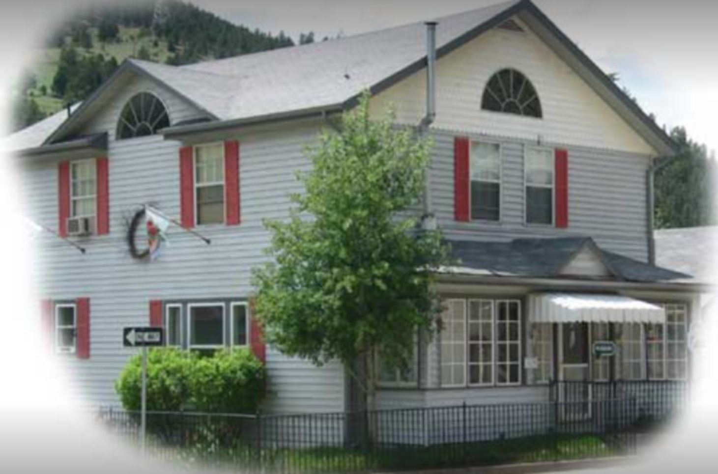 A small house in front of a building at Miners Pick Bed and Breakfast.