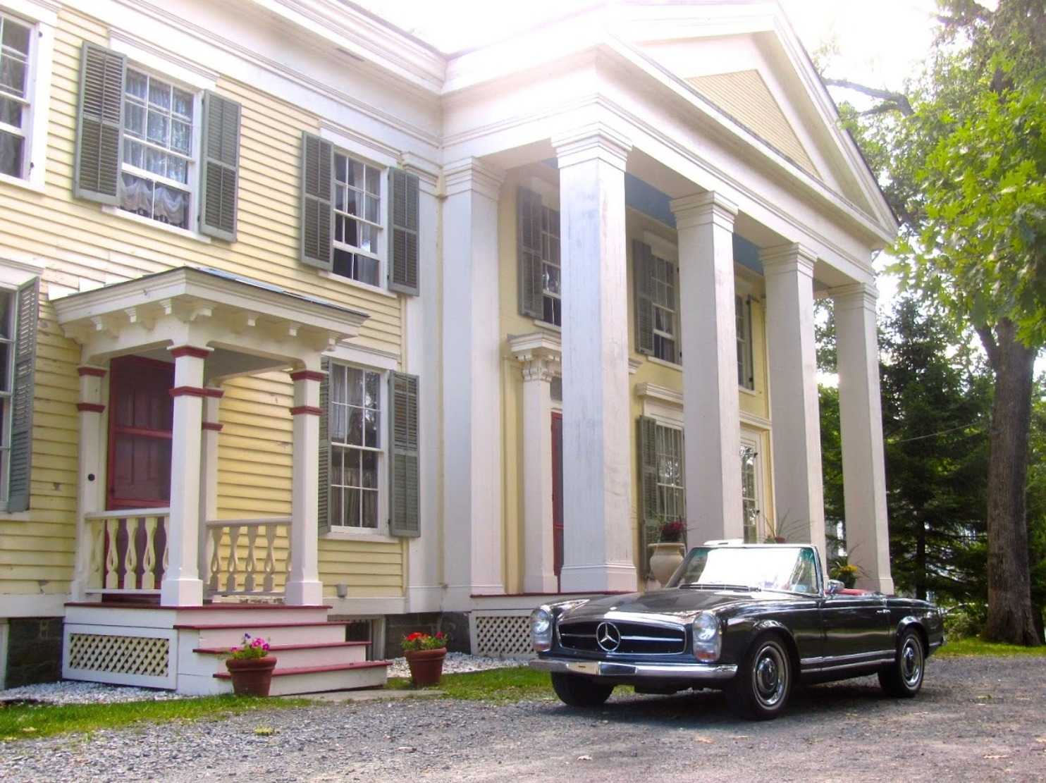 A large white building at Oakcliff Bed and Breakfast.