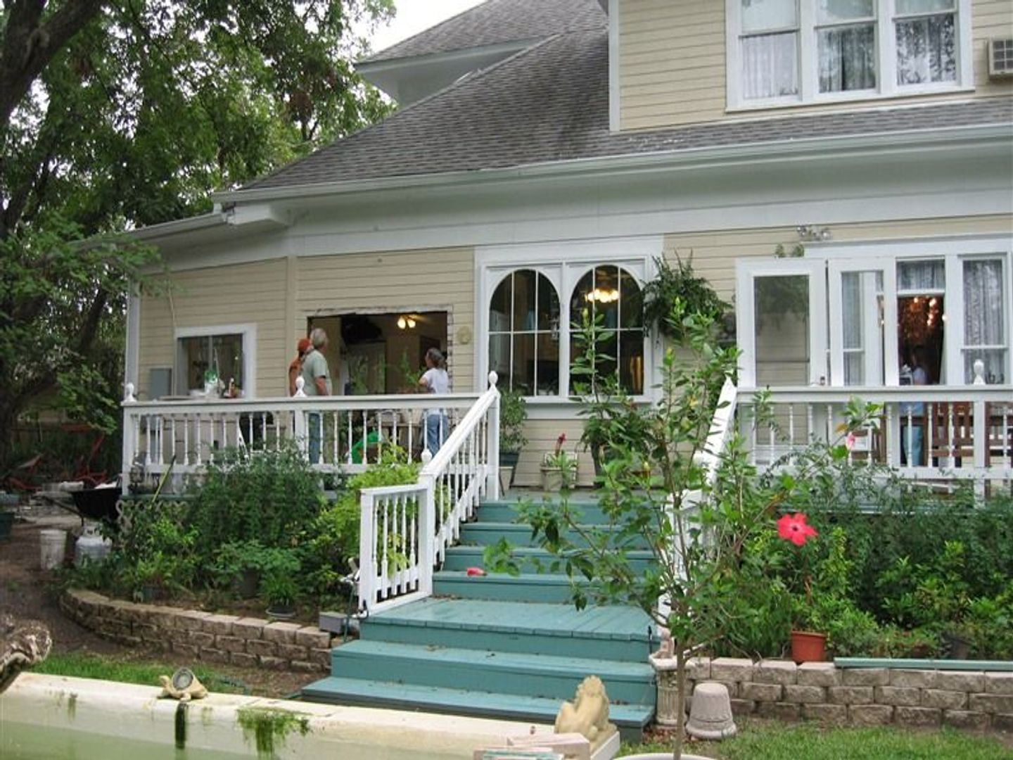 A garden in front of a house at Strickland Arms Bed and Breakfast.