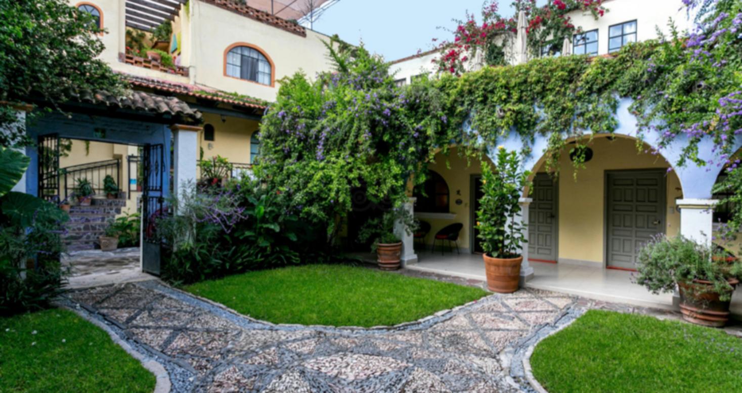 A large lawn in front of a house at Casa de la Noche.